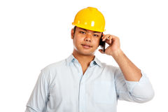 Asian engineer man talking on a phone Royalty Free Stock Photos