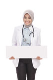 Asian female doctor with stethoscope holding blank white board Royalty Free Stock Photos