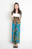 Asian female holding an envelope Royalty Free Stock Photos