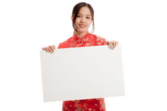 Asian girl in chinese cheongsam dress with  blank sign Royalty Free Stock Photos