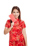 Asian girl in chinese cheongsam dress with red envelope Royalty Free Stock Images