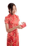 Asian girl in chinese cheongsam dress with red envelope Stock Images