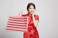 Asian girl in chinese cheongsam dress with shopping bag Stock Images