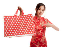 Asian girl in chinese cheongsam dress with shopping bag Royalty Free Stock Photography