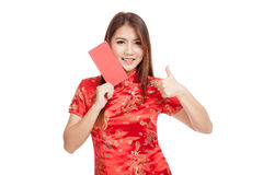 Asian girl in chinese cheongsam dress thumbs up with red envelop Stock Images
