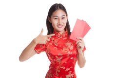 Asian girl in chinese cheongsam dress thumbs up with red envelop Stock Photography