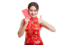 Asian girl in chinese cheongsam dress thumbs up with red envelop Stock Image