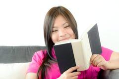 Asian girl reading book Royalty Free Stock Photos