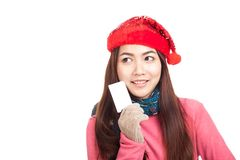 Asian girl with red christmas ha smile show blank  card Royalty Free Stock Image