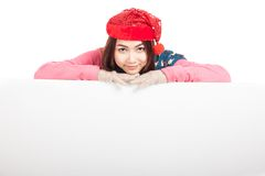 Asian girl with red christmas hat rest her chin on blank sign Royalty Free Stock Photos