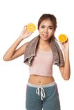 Asian healthy workout girl smile with orange Royalty Free Stock Photography
