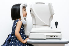 Asian Little Chinese Girl Doing Eyes Examination Through Auto re Royalty Free Stock Images