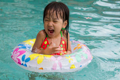 Free Asian Little Chinese Girl Playing In Swimming Pool Royalty Free Stock Photos - 67135248