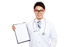 Asian male doctor with clipboard Royalty Free Stock Photography