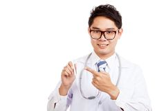 Asian male doctor smile point to thermometer Royalty Free Stock Photos