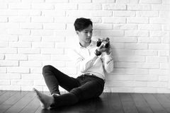 Asian man with a camera black and white Royalty Free Stock Photography