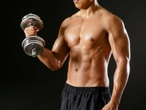 Asian man doing bicep curls Royalty Free Stock Photography