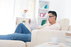 Asian man reading news paper Royalty Free Stock Photos