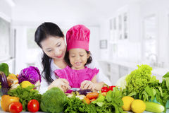 Asian mother and daughter prepare vegetables Royalty Free Stock Photos