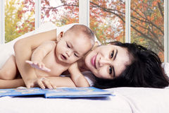 Asian mother and her baby girl on bed Stock Photography