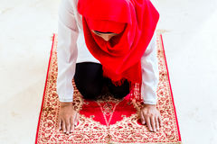 Asian Muslim woman praying. With Quran and beads chain wearing traditional dress Stock Photography