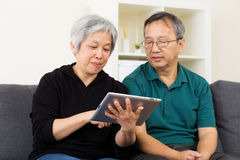 Asian old couple using tablet Royalty Free Stock Images