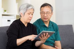 Asian old couple using tablet Royalty Free Stock Photos
