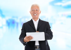 Asian senior businessman using tablet-pc Royalty Free Stock Photos