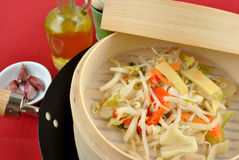 Asian stir fry in a bamboo steamer Royalty Free Stock Photography
