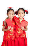 Asian twins girls in  chinese cheongsam dress with red envelopes Royalty Free Stock Photos