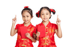 Asian twins girls in  chinese cheongsam dress with red envelopes Royalty Free Stock Image