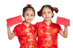Asian twins girls in  chinese cheongsam dress with red envelopes Stock Images