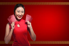 Asian woman in cheongsam dress holding angpao Royalty Free Stock Images