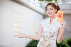 The Asian woman in chinese dress holding couplet 'Happy' (Chine Royalty Free Stock Image