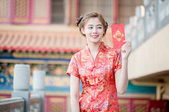 The Asian woman in chinese dress holding couplet 'Happy' (Chine Stock Image