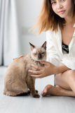 Asian woman with her cat on the floor at home Stock Photos