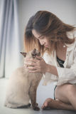 Asian woman with her cat on the floor at home Royalty Free Stock Photography