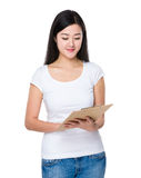 Asian woman read on clipboard Royalty Free Stock Images