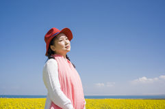 Asian women in rape flower Royalty Free Stock Photos