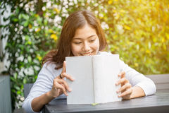 Asian women reading book Royalty Free Stock Images