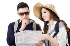 Asian young couple traveling and looking the map Royalty Free Stock Photography