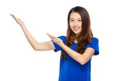 Asian young woman present Royalty Free Stock Photos