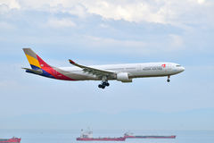 Asiana Airlines Airbus A330 landing at Istanbul Ataturk Airport Stock Photos