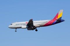 Asiana Airlines HL7769, landning för flygbuss A320-200 i Peking, Kina Royaltyfri Fotografi