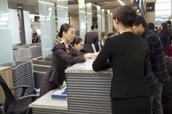 Asiana Airlines-incheckbalie bij Incheon-airpor Stock Foto's