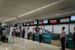 Asiana Airlines incheckningsdisk på terminal Jakarta Soekarno-Hatta för internationell flygplats 2 Arkivfoton