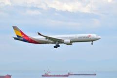 Asiana Airlines-Luchtbus A330 die bij de Luchthaven van Istanboel landen Ataturk Stock Foto's