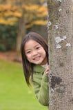 asiat bak flicka little tree arkivfoto