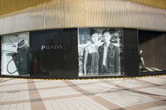 Asiat China, Peking, Wangfujing, Prada kaufen Stockbild