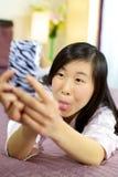 Asiat, der lustige Gesichter für selfie girlmaking ist Lizenzfreies Stockbild